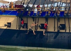L'Hermione crew doing maintenance work